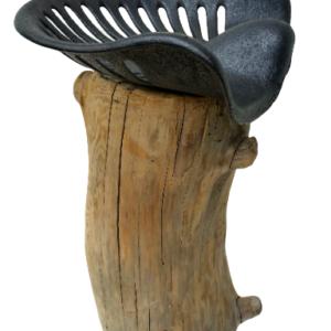 Tabouret en bois flotté et assise agricole en fonte